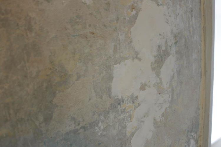 Filling bumps on old plaster